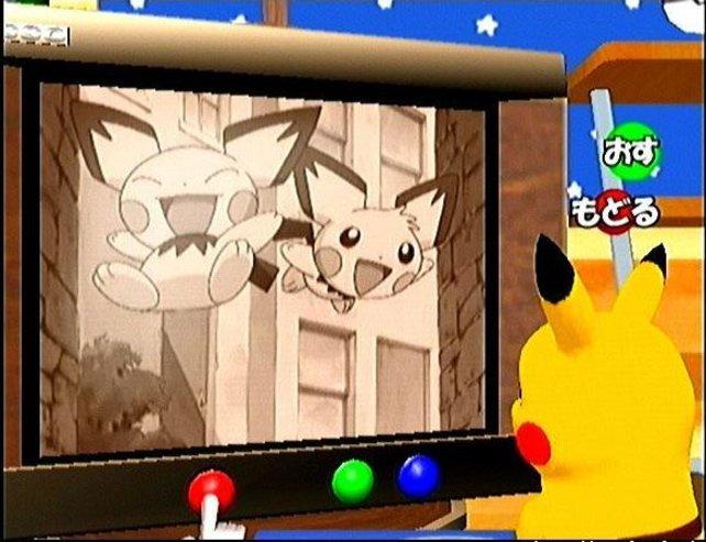 Zusammen mit Pikachu schaltet ihr durch diverse TV-Sender und guckt euch zum Beispiel den Anime rund um Pichu an.