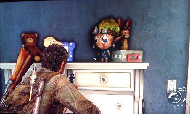 Die Puppen von Jak und Daxter haben es sich auf einer Kommode gemütlich gemacht.