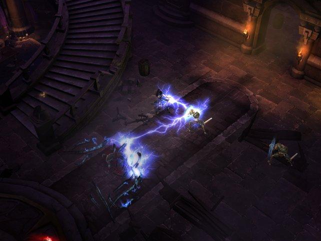 Ein Kettenblitz einer Zauberin trifft gleich mehrere Gegner.
