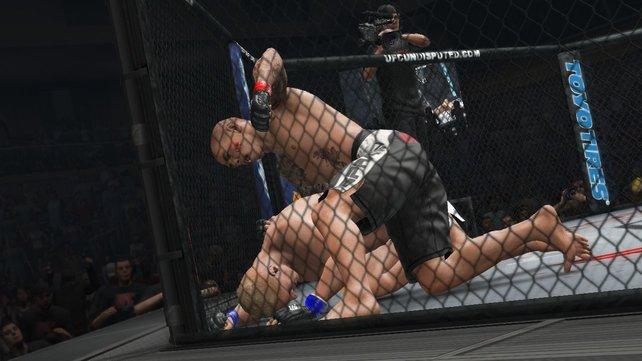 Ja, er liegt am Boden. In der UFC beginnt an dieser Stelle erst die Arbeit.