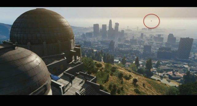 Ist dieses runde Objekt im Hintergrund ein Heißluftballon?