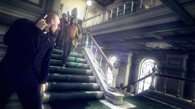 Als Priester verkleidet wartet ihr ab, dass die Gauner die Treppe passieren.