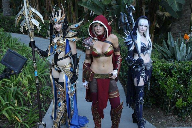 Cosplayer vor dem Convention Center. Links die spätere Gewinnerin des Kostümwettbewerbs.