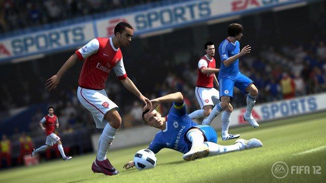 Chelseas John Terry kommt zu spät mit seiner Grätsche - der Angreifer dribbelt vorbei.