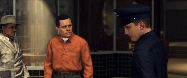 Optisch erinnert der Herr im orangen Hemd stark an den Schauspieler Jon Cryer.