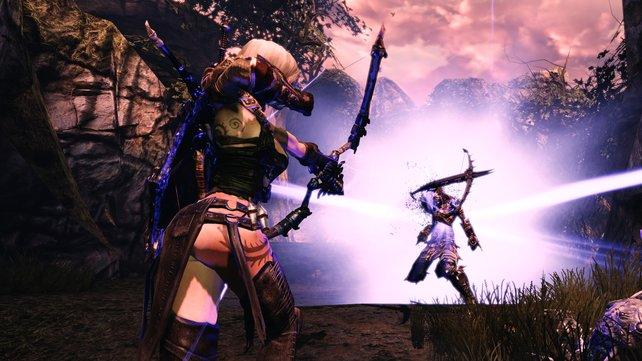 Aus dem Vordergrund hilft E'lara ihrem Kampagnon Caddock mit Pfeilen.