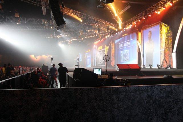 Blizzard-Design-Altmeister Chris Metzen enthüllt Warlords of Draenor auf der Bühne.