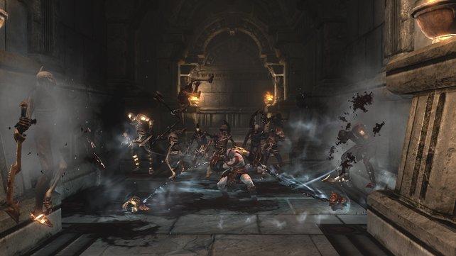 Beklemmend und gigantisch: Kratos kämpft in düsteren, engen Höhlen ...