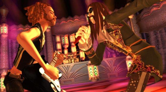 Der Sänger rockt fasziniert zum Gitarrensolo.