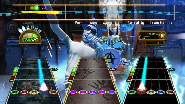 Gitarrist und Bassist rocken zu Killer Queen.