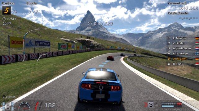 Enge Kurven und hügelige Bergstrecken treiben den eigenen Wagen schnell in den Grenzbereich.