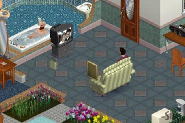 Während der Mann badet sieht sich die Frau einen Liebesfilm an.