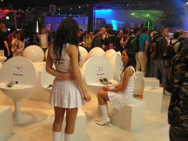 Attraktive Frauen präsentieren die Spielehits von Morgen.