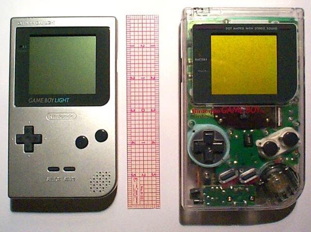 Der Game Boy Light (links) ist eine beleuchtete Unterkategorie des Game Boy Pocket, kommt aber 1998 nur in Japan in den Handel.