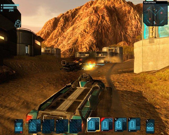 Mit dem Bordgeschütz erledigt ihr gegnerische Vehikel, Roboter und Geschütze.