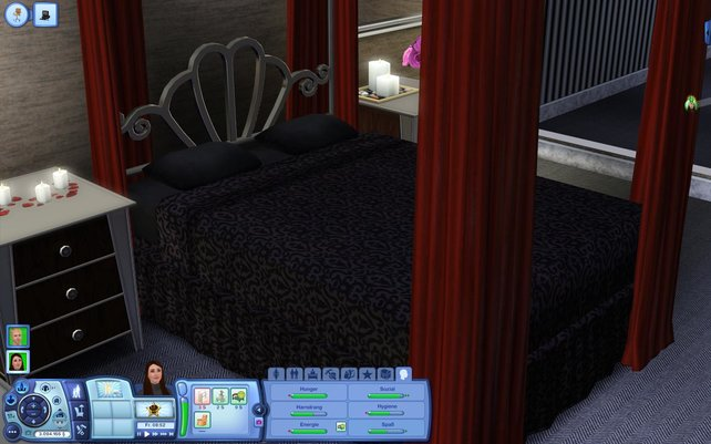 Ein gemütliches Himmelbett, Kerzen und Blumen - schön. Trotzdem etwas teuer.