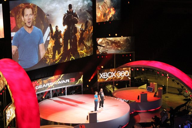 Cliff Bleszinski von Entwickler Epic und Musiker und Schauspieler Ice-T spielen Gears of War 3.
