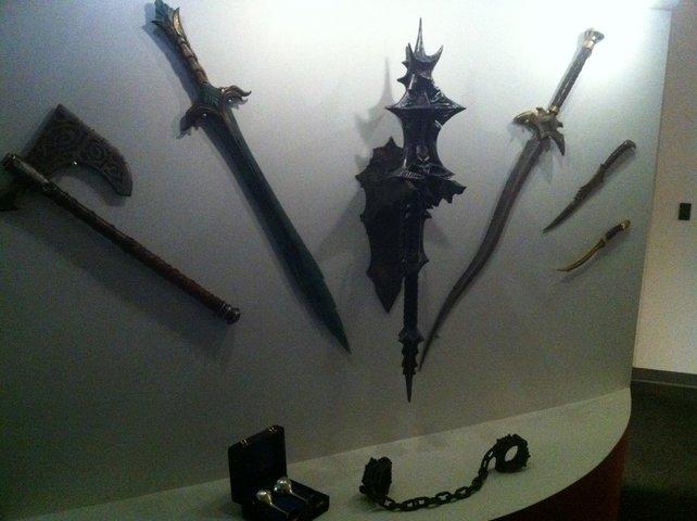 Einige Waffen von dieser Wand im Zenimax-Studio, könnt ihr auch im Spiel herstellen.