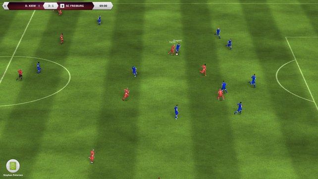 Die Spieler probieren es schon wieder durch die Mitte, obwohl sie über die Außen spielen sollen.