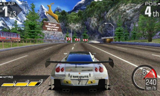 Typisch Ridge Racer: Leere Landstraßen, breites Heck, knallige Optik.