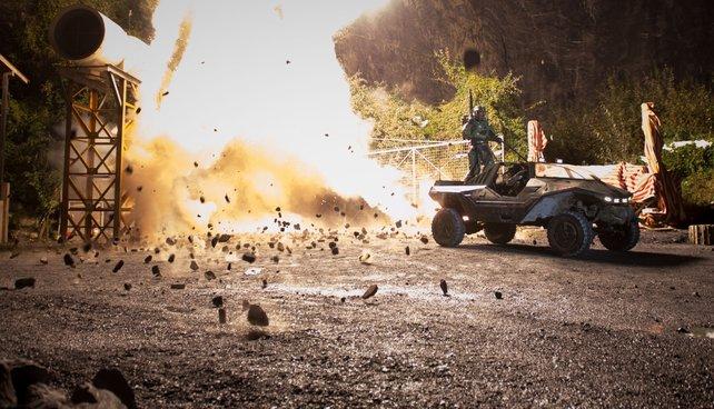 Geile Live-Action: Mit großem Knall entkommt der Master Chief auf dem Warthog einer Mine.