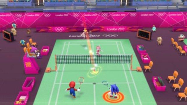 Mario und Sonic spielen zusammen im Badminton.