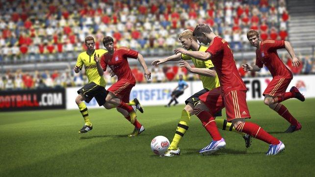 In Fifa 14 könnt ihr per linker Schultertaste den Ball abschirmen.