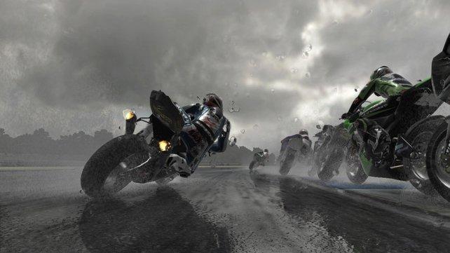 Regenschauer sorgen bei Motorradfahrern für feuchte (Alp-)Träume.