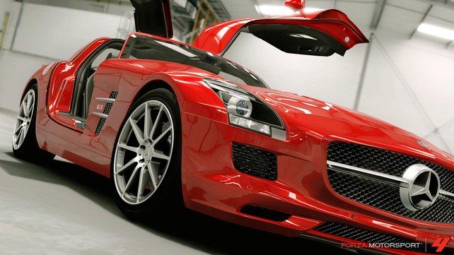 Zum Greifen nah erstrahlt dieser hochglanzpolierte Mercedes SLS.