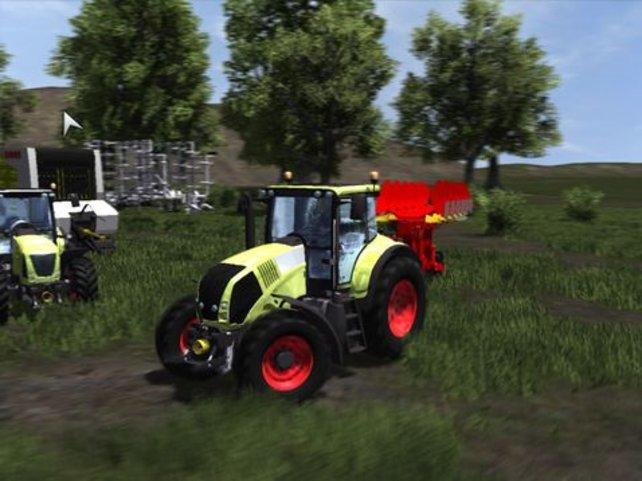 Dieser Traktor hat einen Pflug angeschlossen, der besonders für größere Felder geeignet ist.