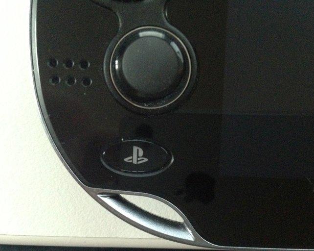 Unter dem linken Analog-Stick liegt die PlayStation-Taste, über die Ihr jederzeit ins Vita-Menü wechselt.