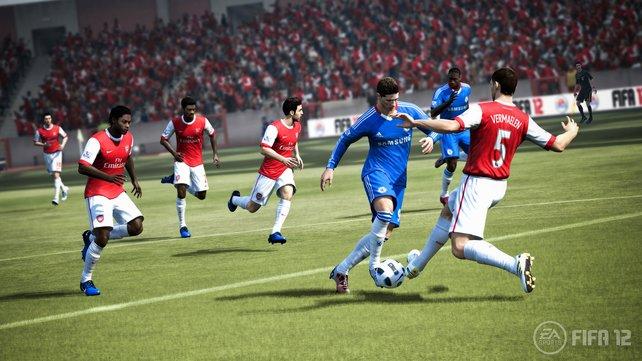 Bedrängt den Angreifer und nehmt ihm im richtigen Moment den Ball ab.