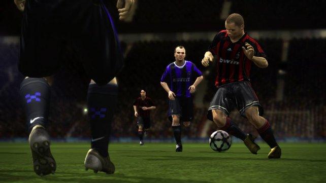 Cambiasso staunt während Ronaldo trickst, Fußfallfans erkennen jeden Spieler auf dem Platz sofort.