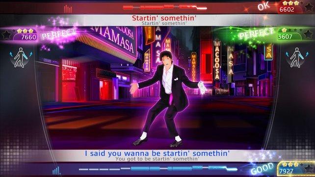 Imitiert Michael Jacksons Armbewegungen und kassiert eine hohe Punktzahl.