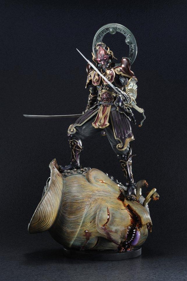 Die fast 55 cm hohe Skulptur besteht aus Yoshimitsu, der auf einem abgetrennten Kopf eines Mechanoid-Riesen steht.