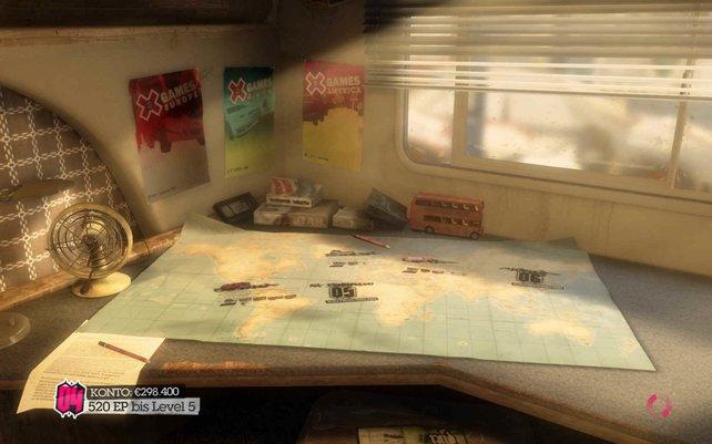 Die Karte, die auf dem Tisch im Wohnmobil ausgebreitet liegt, ist das Auswahlmenü für die verschiedenen Rennen.