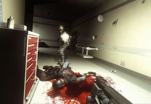 Shootout im Krankenhausflur - diese Szene könnte auch aus Teil 1 stammen.