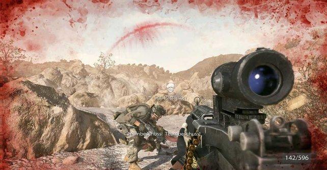 Bei Treffern färbt sich der Bildschirm shootertypisch rot.