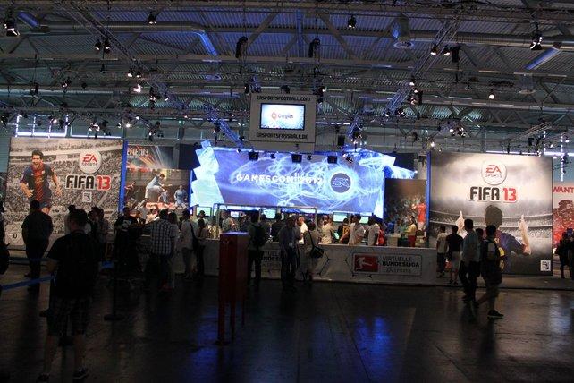 Electronic Arts protzt wie letztes Jahr mit schierer Standgröße und massig Spielstationen.