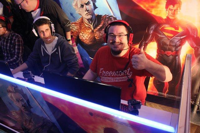Mit den Tipps macht MOBA Spaß! Im Bild seht ihr spieletipps-Redakteur Marcus (rechts). Er gewann eine MOBA-Partie in einem Trainingslager in London.