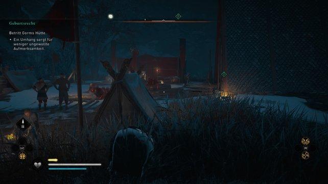 Ihr müsst rechts durch das hohe Gras schleichen, um von den Wachen am Feuer unbemerkt ins Haus eindringen zu können.