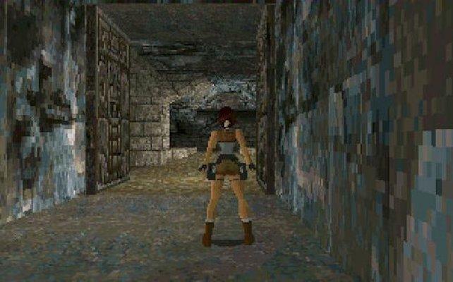 Mit behäbiger Steuerung bugsiert ihr Lara Croft durch archäologische Ruinen.