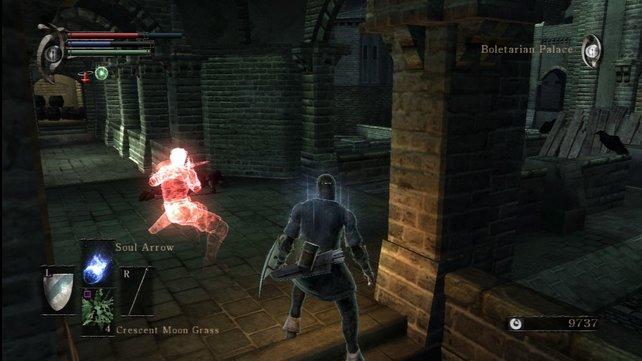 Eine Gemeinsamkeit: Rote Phantome zeigen euch in Demon's Souls und Dark Souls, auf welche Weise andere Spielfiguren gestorben sind.