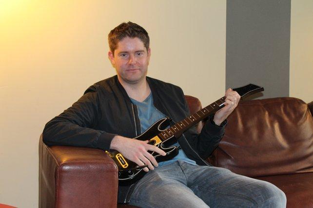 Dan Green, bei Activision für die Marke Guitar Hero zuständig, präsentiert den neuen Gitarren-Controller.