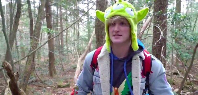 Hier befindet sich der Youtuber im Wald