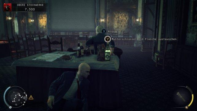 In dem Raum muss man clever ausweichen und sich hinter Tischen verstecken.