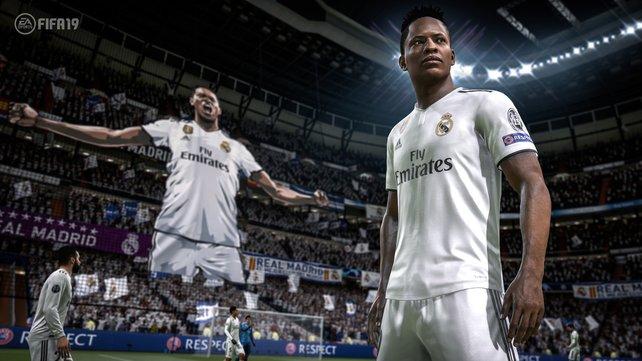 Optisch bewegt sich FIFA 19 in der absoluten Oberklasse bei Konsolenspielen. Auch die Details im Hintergrund, wie die Fanchoreographie, überzeugen.