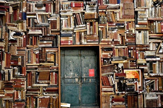 Eine Bibliothek: Viele haben sich hineingewagt, doch nur wenige hielten es lange ohne Kaffee in ihr aus.
