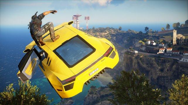 James Bond kann einpacken! Rico Rodriguez surft gekonnt auf dem Dach eines herabstürzenden Autos.