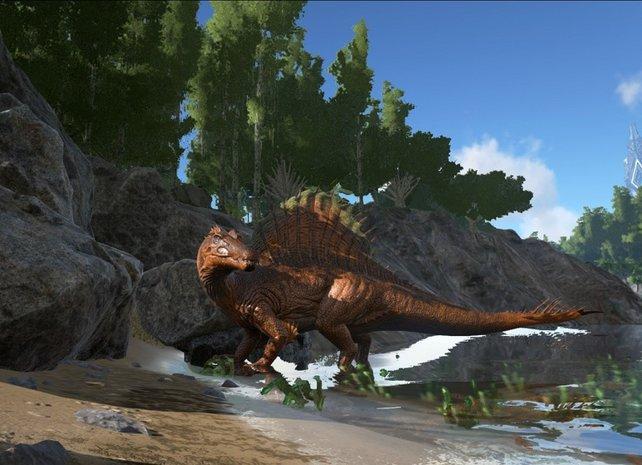 Ein Spinosaurus, einer der gefährlichsten Dinosaurier im Spiel, bewacht das Flussbett.